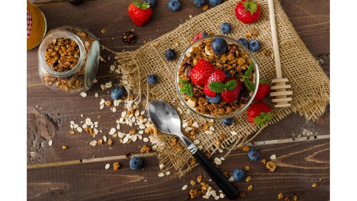 Ореховая гранола с фруктами